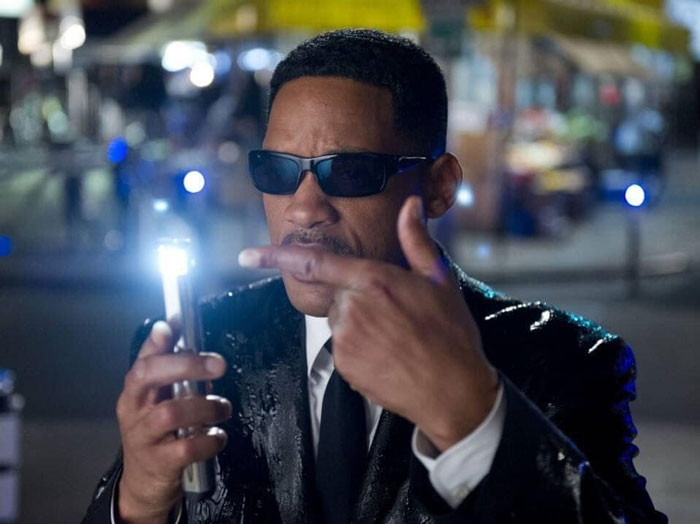 Will Smith pointing to flashlight - Men In Black meme
